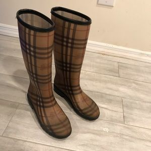 Burberry rain boots size 36.